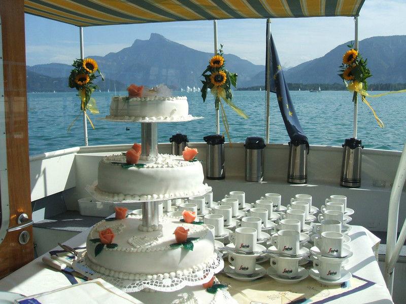 Beispiel: Hochzeitstorte und Kaffee, Foto: Mondsee Schifffahrt.