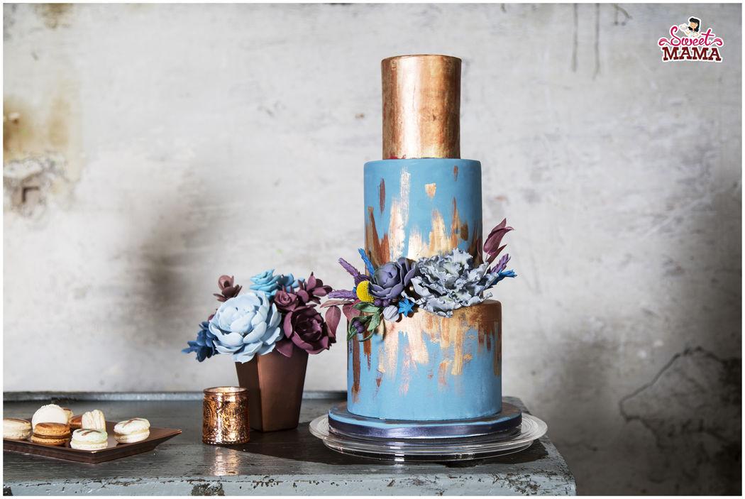 Tarta de boda metalizada, con flores en pasta de azúcar. Foto: Núria Cienfuegos para The Experialist.