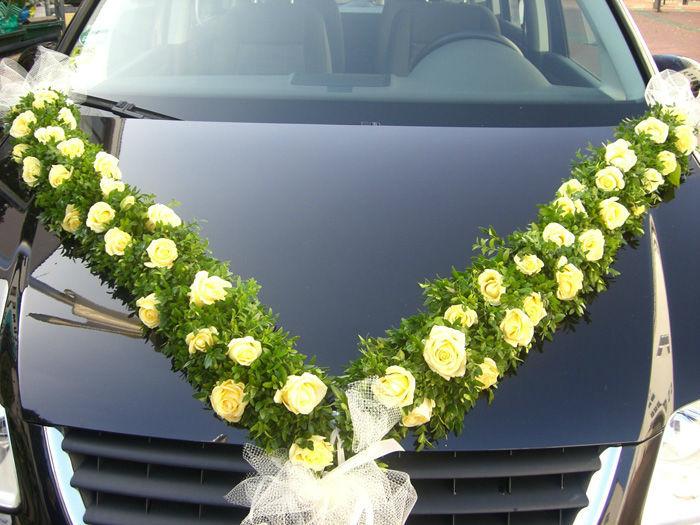 Beispiel: Girlande für das Auto, Foto: Blumen G. Bechstein.