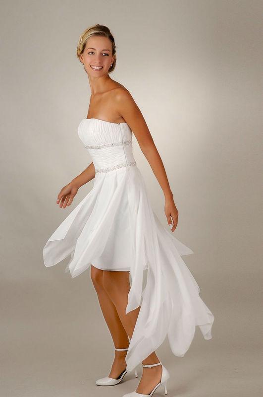 Beispiel: Das Kleid für das Standesamt, Foto: Saray Brautmoden.