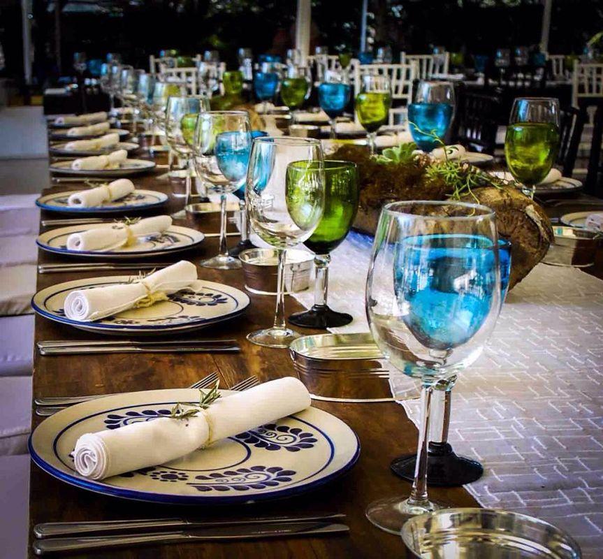 Montaje mexicano con talabera y mesas de madera.