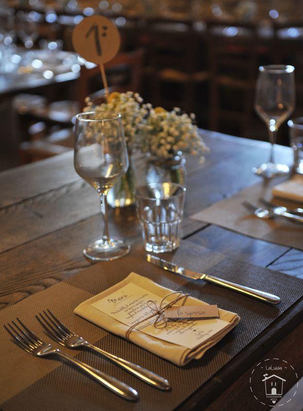 Table setting di un matrimonio rustico (menu, segnatavolo e segnaposto)