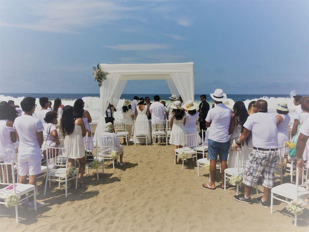 Linda escena de boda civil en la playa