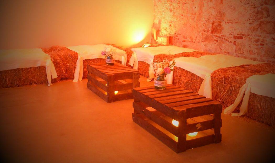 Lounge campestre para unas cocheras de un palacio.  http://lafloreria.net