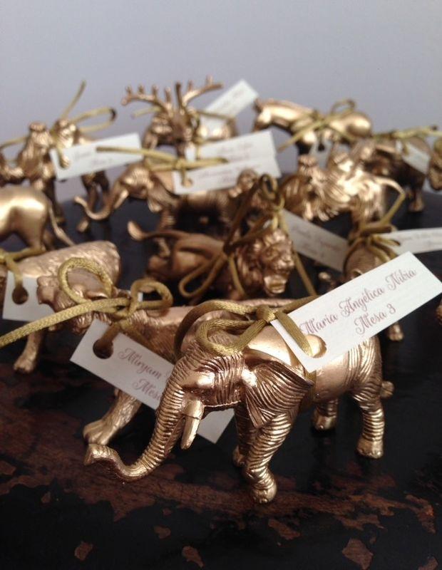 Figuras de animales dorados como recordatorio