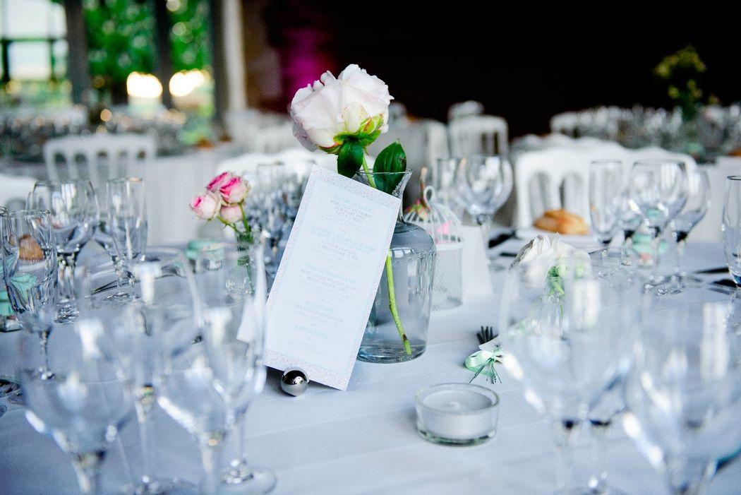 centre de table avec des carafes de différentes tailles