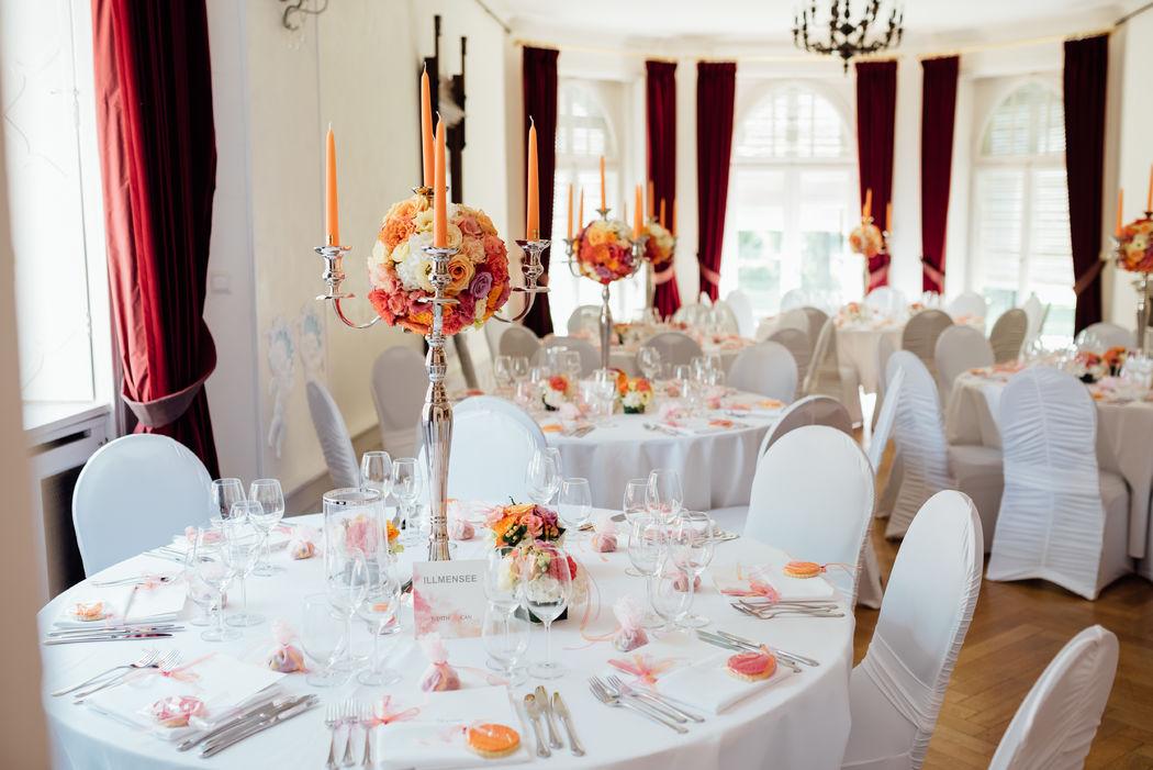 Blumenkugeln auf hohen Candelabra Foto: Schneider's Family Business Hochzeitsfotografie