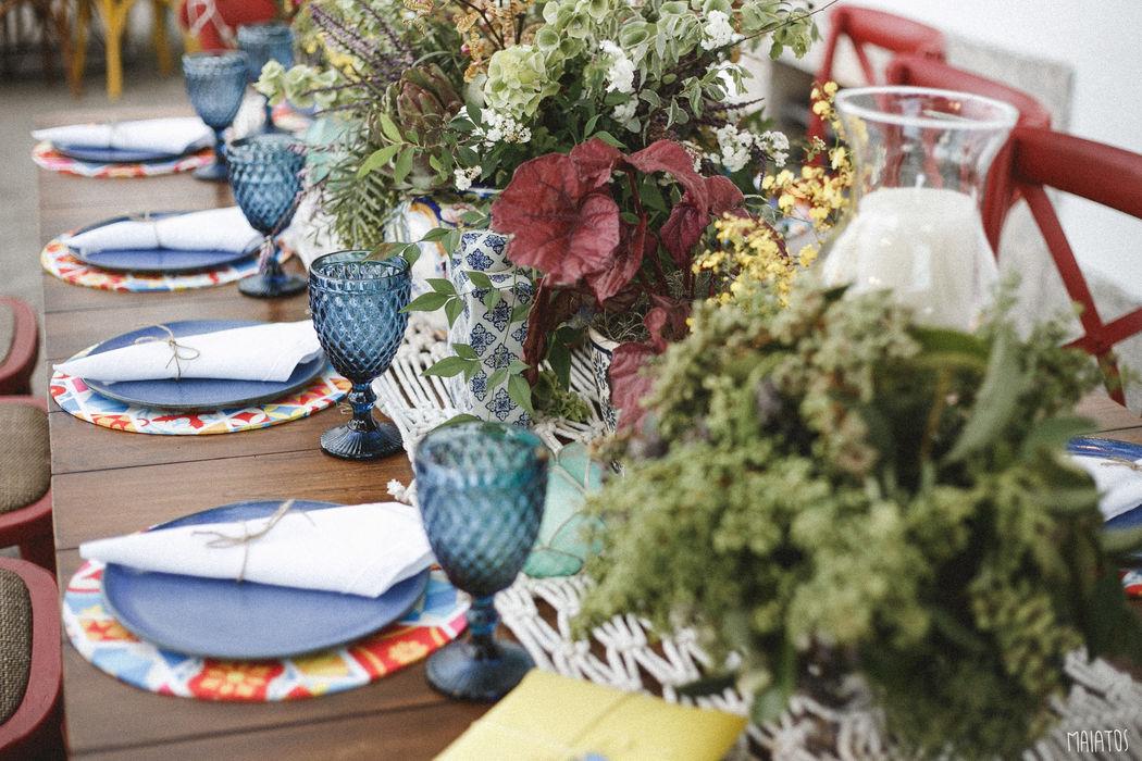 Linda mesa posta para um casamento de dia