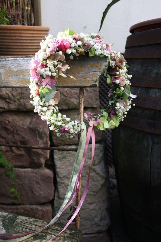 Wunderschöner Blumenkranz für die Dirndl Hochzeit Foto: Calla Décoration
