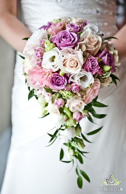 Bukiet w formie łezki z pastelowych kwiatów. Cena ok 300pln