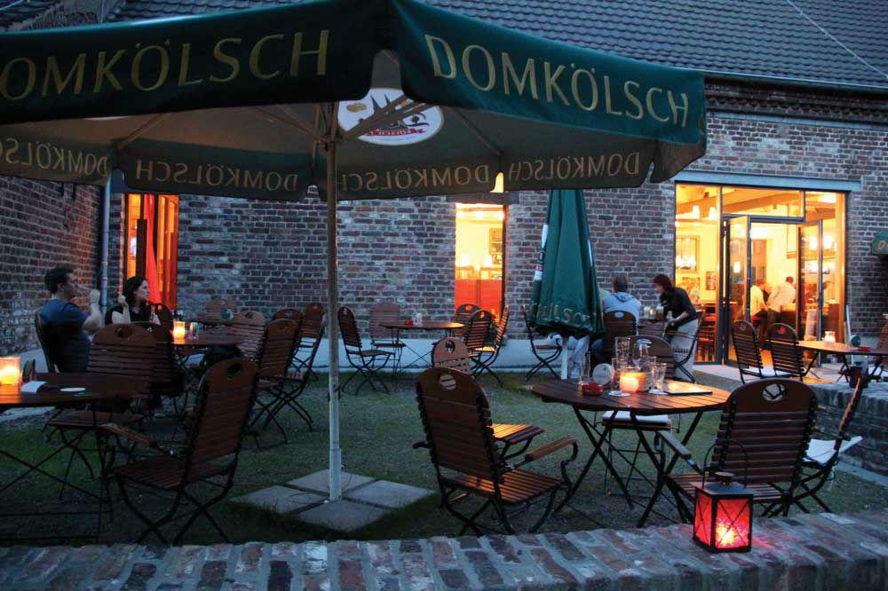 Beispiel: Gartenterrasse am Abend, Foto: Eltzhof - das Kulturgut.