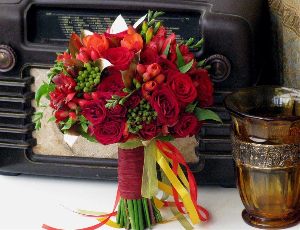 Bouquet de Noiva Rosas Vermelhas Frésias e Verdes