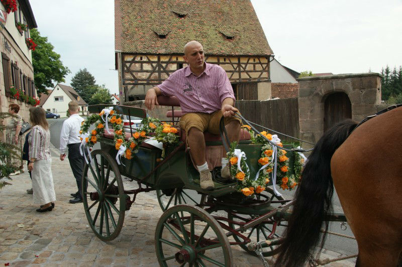 Beispiel: Blumen für die Brautkutsche, Foto: RADLOFF Blumenhaus & Gärtnerei.