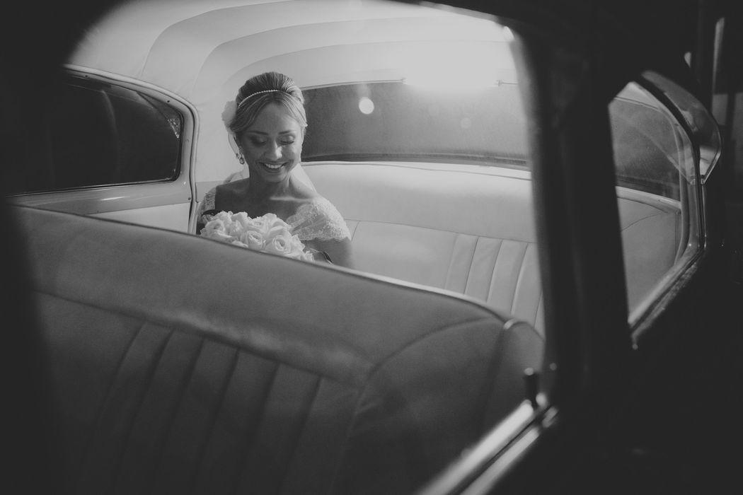 noiva no carro olhando para o bouquet