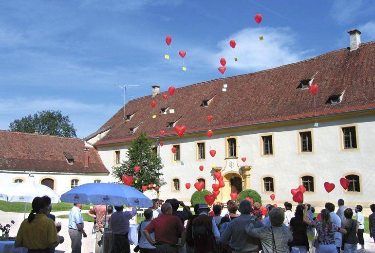 Beispiel: Hochzeitsgesellschaft mit Luftballons, Foto: Schloss Ehrenfels.