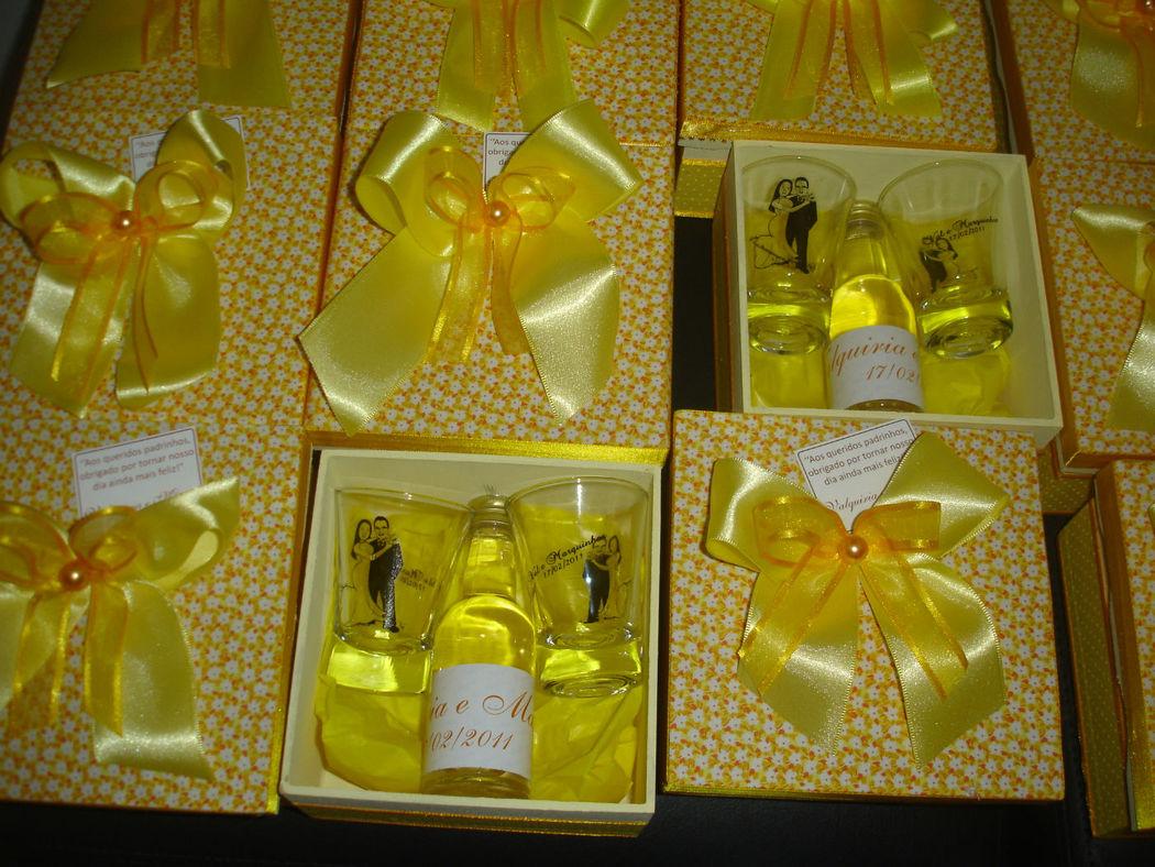 caixa com mini cachaça e dois copinhos aperitivo personalizados com caricatura dos noivos*. *caricatura fornecida pelo cliente em arquivo cdr.