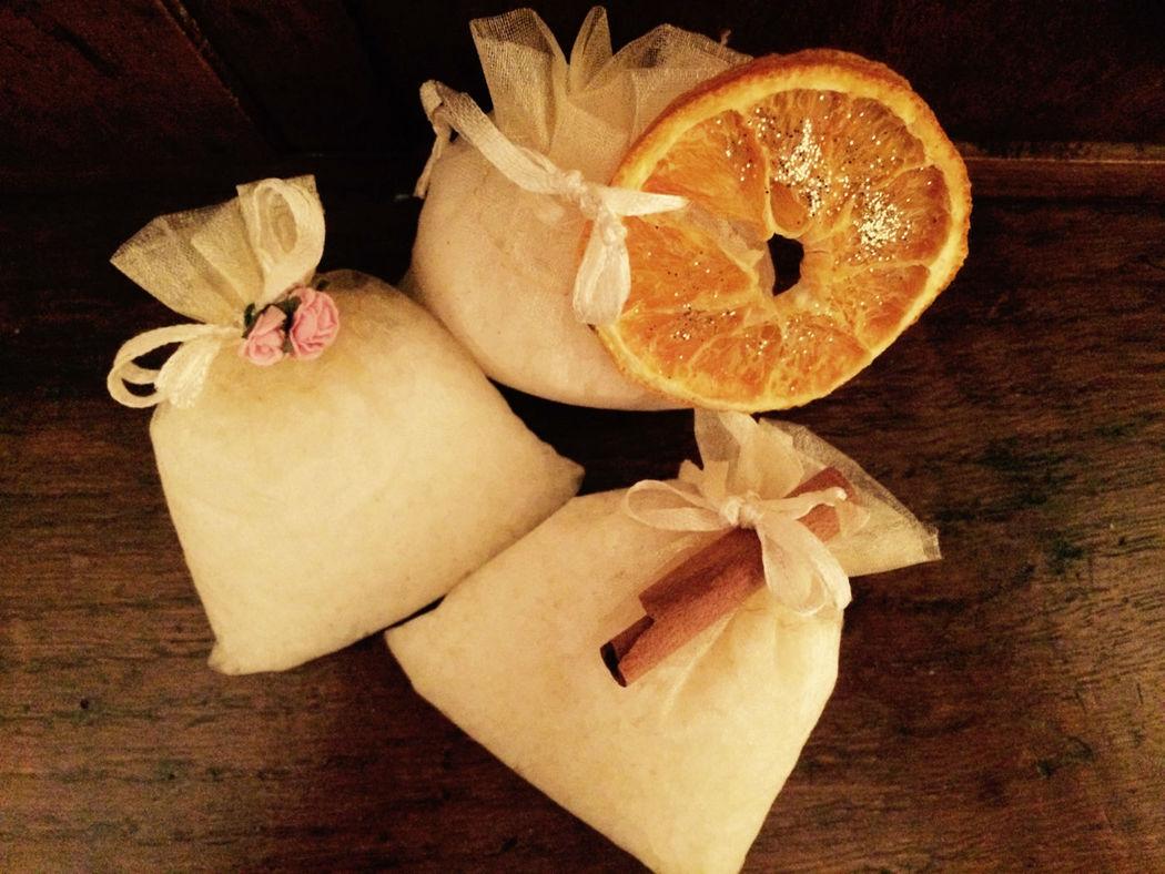 Sales de baño con adorno de rosas, naranja con glitter o canela. Hechas con sal marina y enriquecidas con aceites esenciales para no resecar la piel. Presentadas en bolsita de organza  y posibilidad de etiquetado personalizable.
