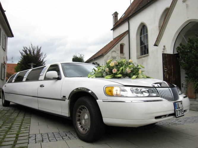 Beispiel: Mit Chauffeur zur Kirche, Foto: Limousinen Service Ulm.