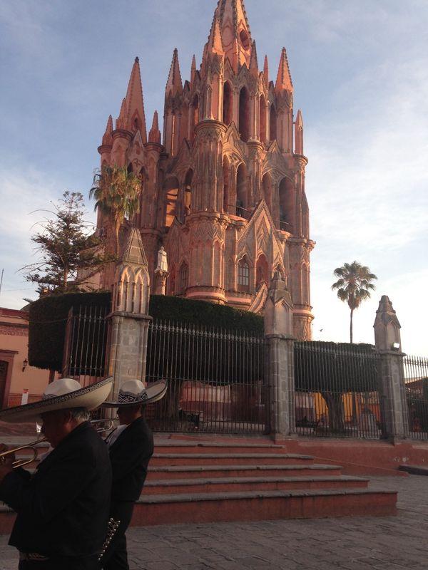 Preciosa iglesia en atardecer, en  San Miguel de Allende