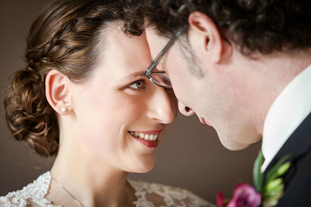 Hochzeitspaar , standesamtliche Trauung, Portrait, Augen strahlen, Schloss Kartzow, Liebe, Hochzeitsfotografie, Hochzeitsfotografin iris Woldt