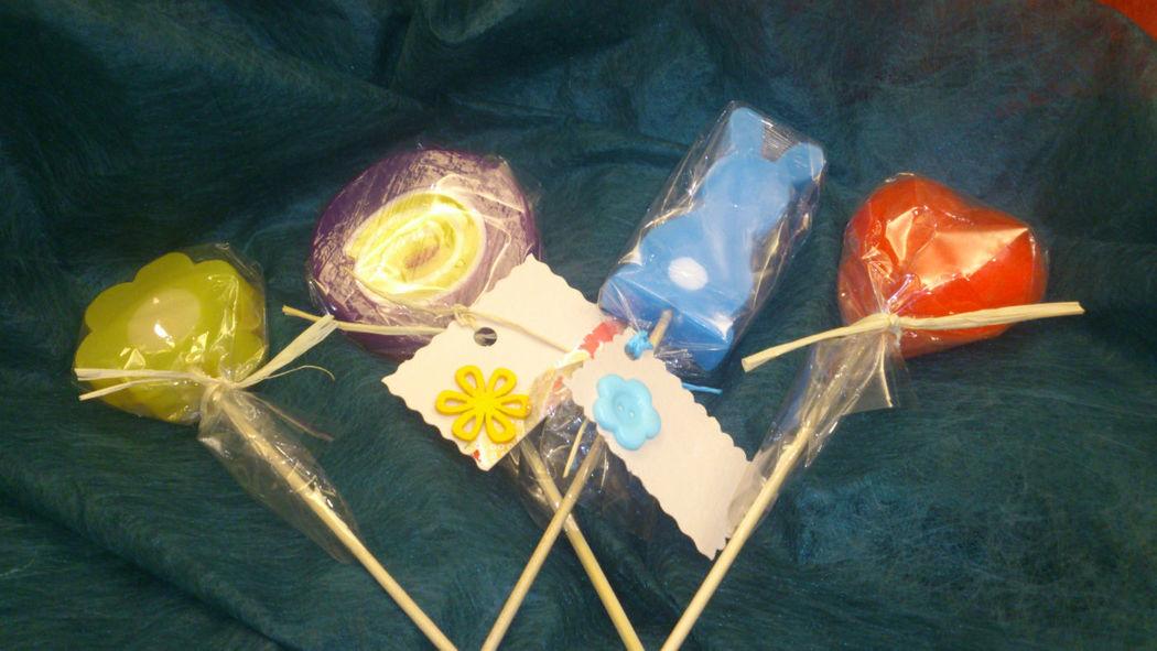 Piruletas de jabón con diferentes formas.