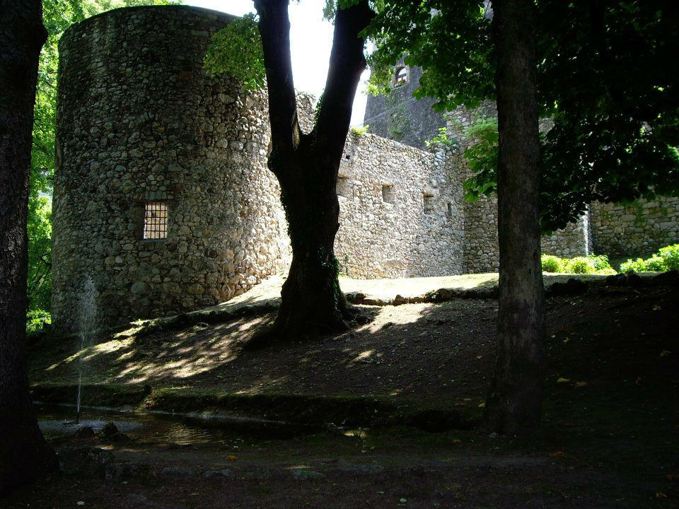 Castel Ivano, i bastioni lunati del XV secolo nel parco del castello