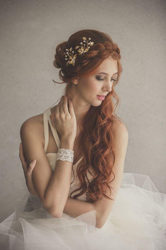 Horquillas en forma de abanico de hojas metálicas con perlas y cristales.  BRAZALETE:Brazalete en tejido de crochet recamado con canutillo recortado plateado, perlas y cristales de swarovski.