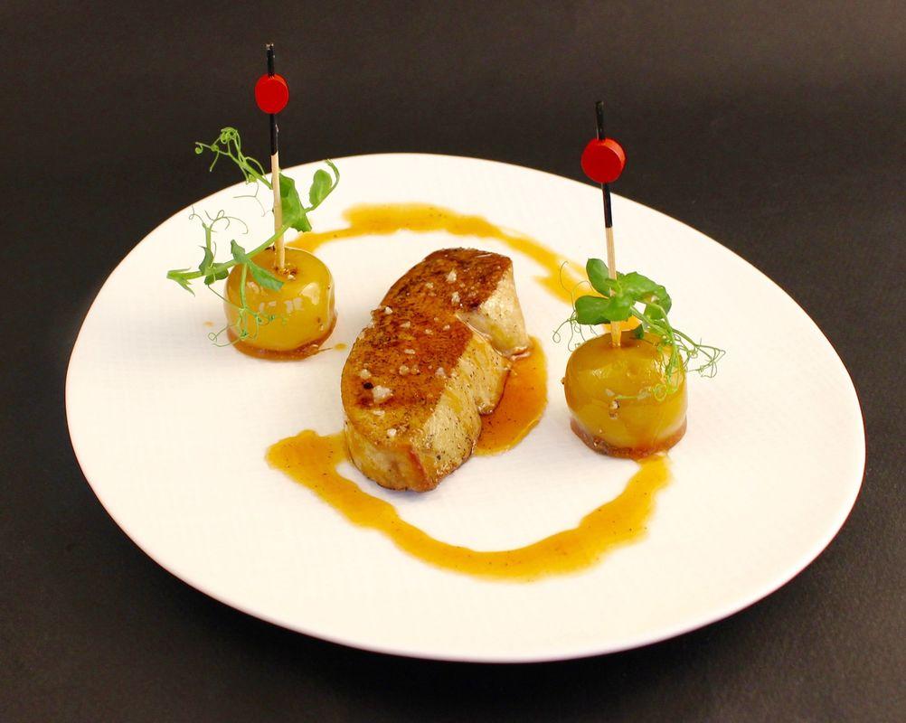 Escalope de foie gras poêlé, pommes d'amour au poivre et vinaigre de cidre