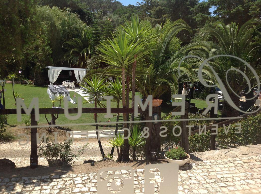 Vista da sala para o jardim