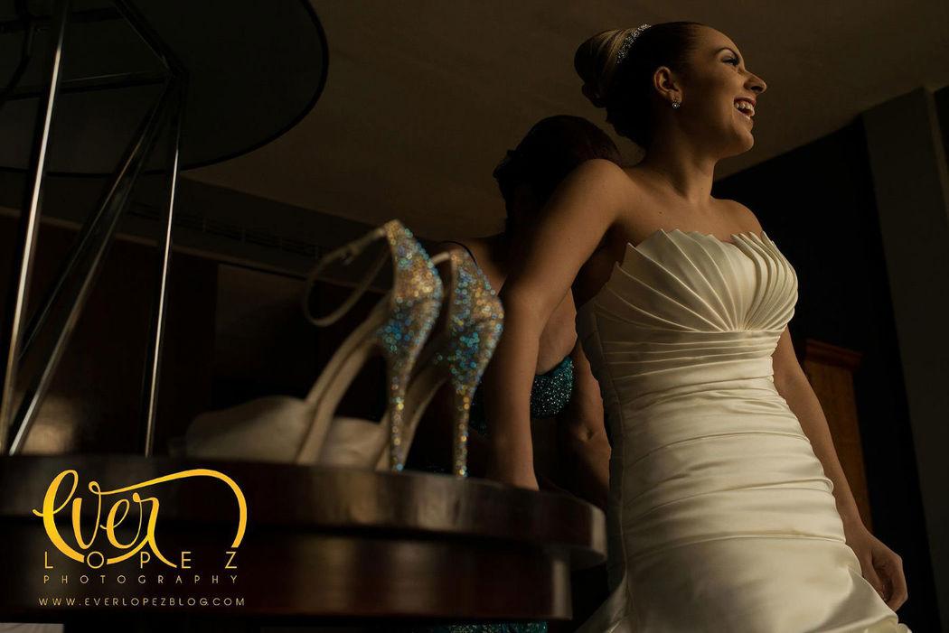 Fotos durante el arreglo de la novia, maquillaje, peinado y preparativos de la novia.