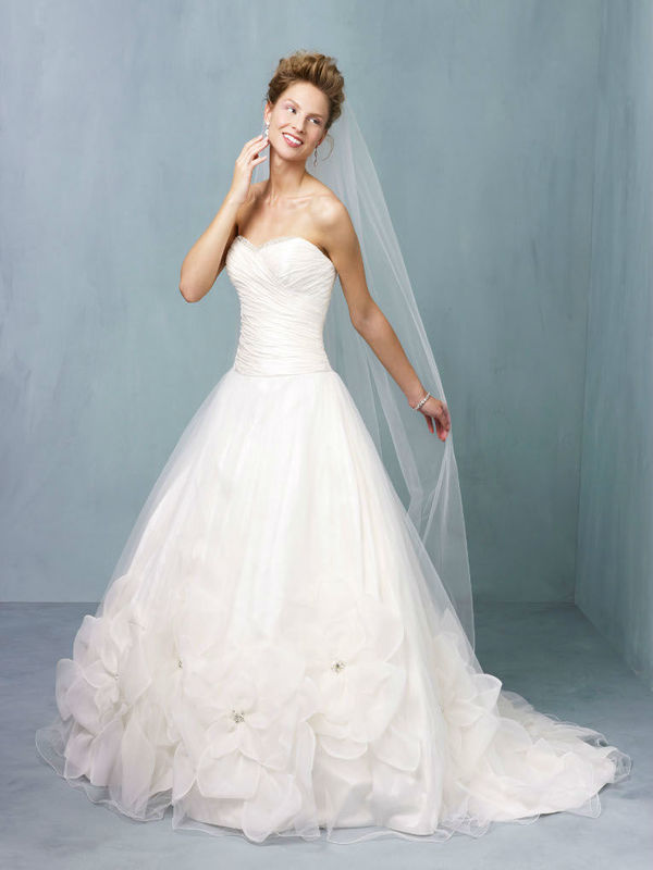 Beispiel: Klassische Brautkleider, Foto: Dolce Vita.