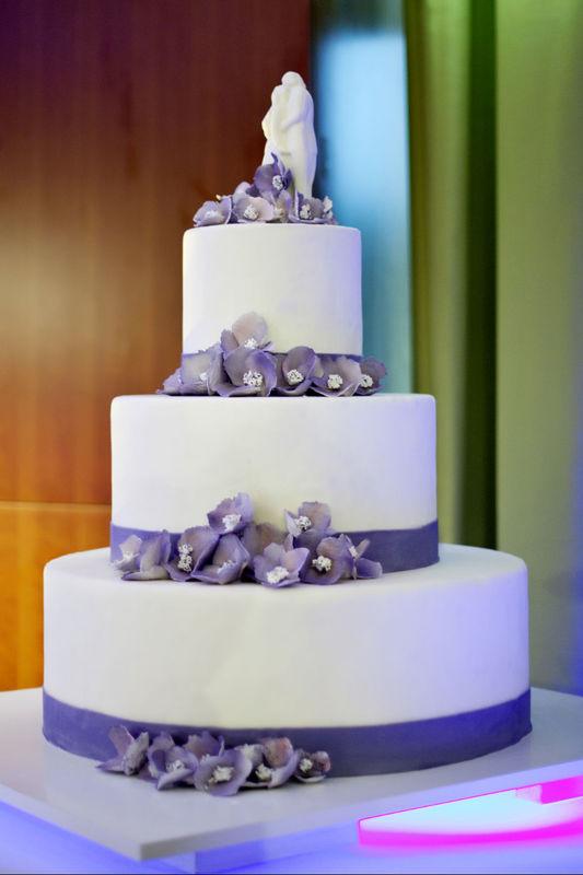 Nasza cukiernia proponuje szeroką ofertę tortów weselnych w różnych smakach i kształtach.