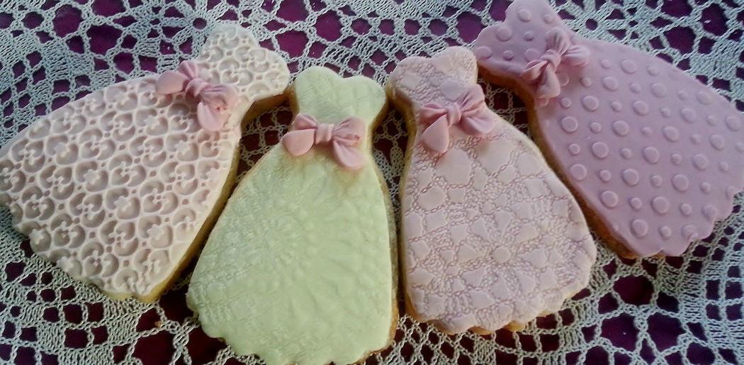 Kekse als Gastgeschenk in Brautkleid Design? Cake Styling hat immer passende Lösung!