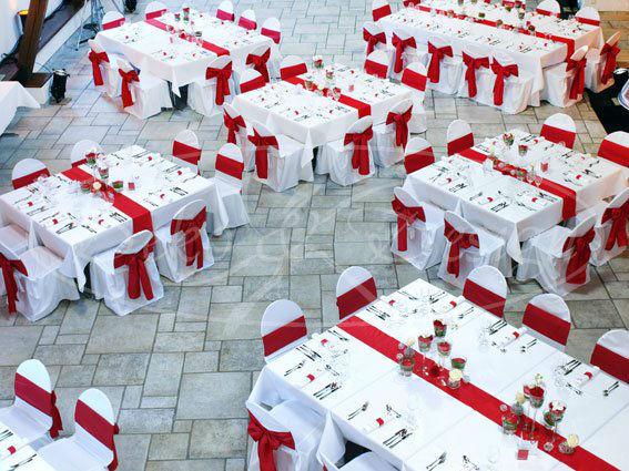Beispiel: Hochzeitsdekoration in Rot-Weiß, Foto: Deko & Design.