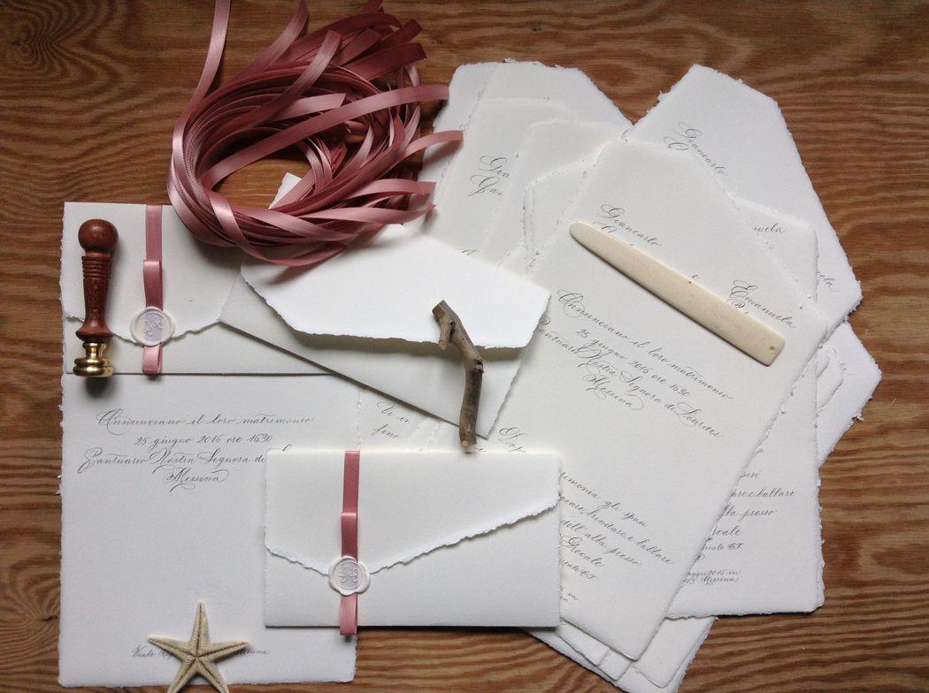 Il Calligrafo - Inviti carta Amalfi foglio unico autochiudibile manoscritti in nero ferrogallico con sigillo avorio e nastro rosa mauve.