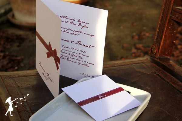 Collection Ruban : Le ruban rouge, lien discret que la lune, en secret, noue, en gestes doux et délicats, aux poignets des futurs époux…