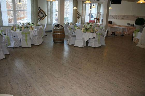 Beispiel: Hochzeitsrestaurant - Tanzfläche und Bankett, Foto: Eventoase Schützenhaus.