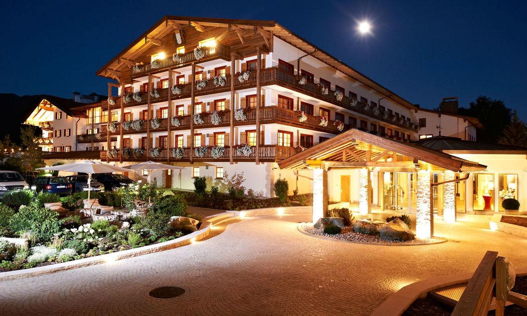 Beispiel: Aussenansicht bei Nacht, Foto: Golf Resort Achental.