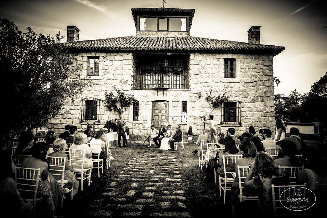 Ceremonia civil frente a la casa