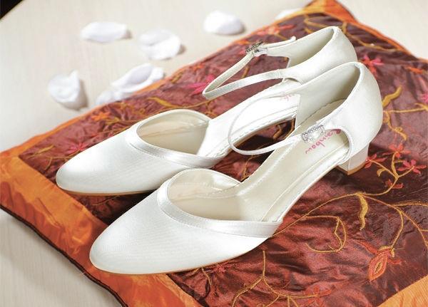 Beispiel: Schlichte Schuhe für Ihren Hochzeitstag, Foto: Eliyzi Couture Accessoires.