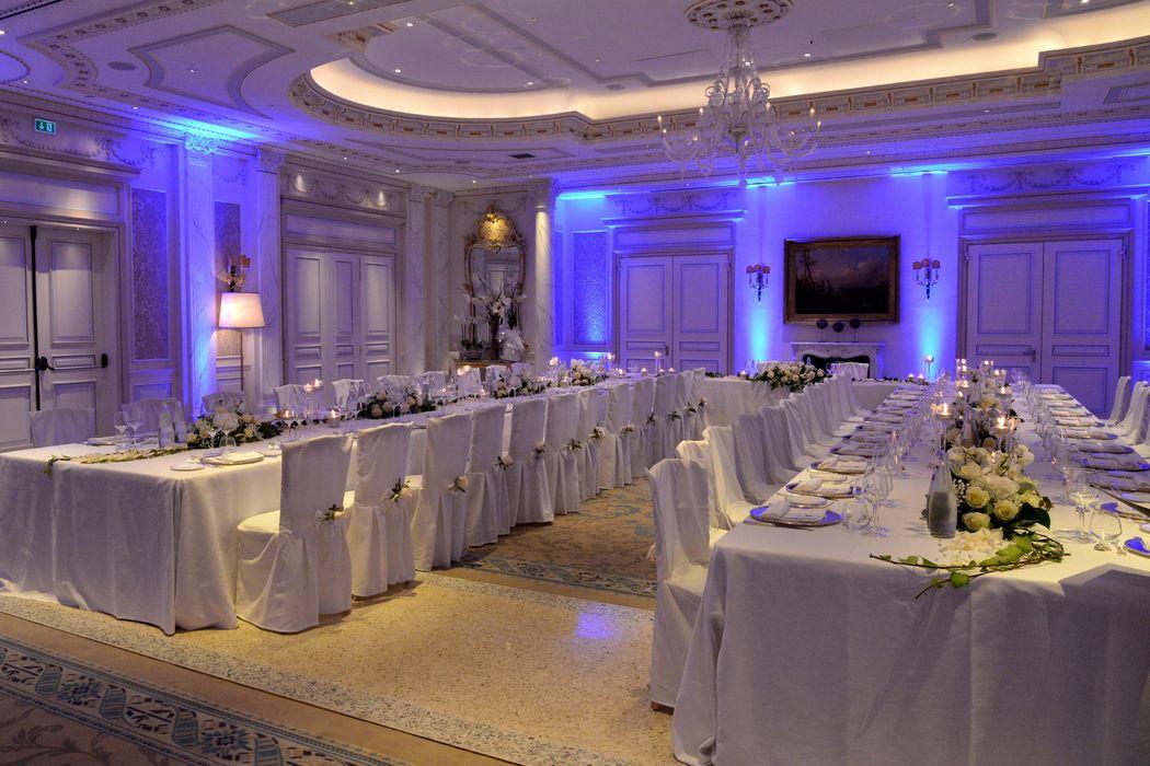 NOZZE D'ARGENTO, illustre location milanese, vestita di bianco, argento, vetri e giochi di luce in cromia
