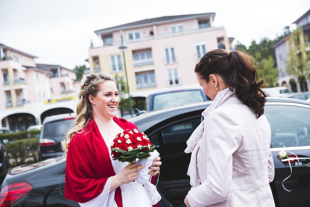 Ich nehme die Braut vor dem Standesamt in Empfang.