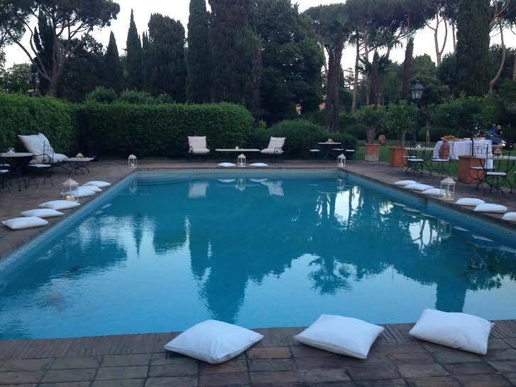 Aperitivo a bordo piscina per matrimonio in villa