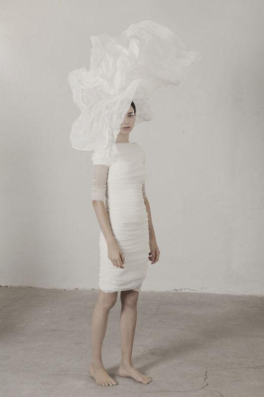 Caracola Vestido en tubo de tul de algodón elástico drapeado sobre una base de satén de seda stretch. Se genera un sutil contraste de colores entre las diferentes capas.