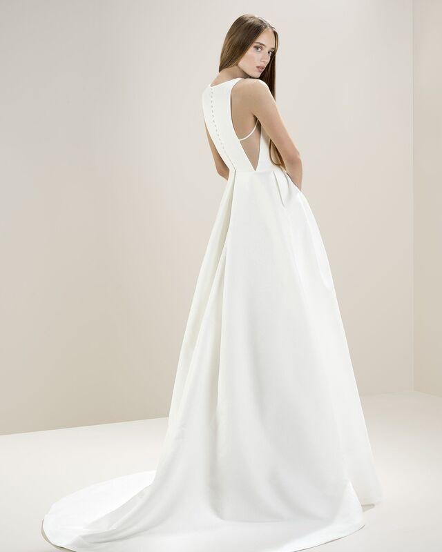 Стильное платье А-силуэта, с необыкновенным дизайном корсета по боковым линиям. Талию подчеркивает пояс, с минималистичным декором в виде банта.
