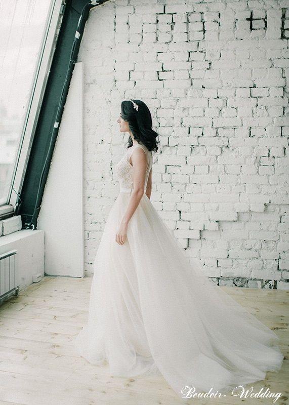 Belardi – невесомая воздушность. Роскошное фатиновое платье, отделанное оригинальной вышивкой. Расшитое кружево притягивает взгляд и будоражит воображение. Это универсальный наряд, придающий невесте плавность движений и спокойную гармонию. Легкие ткани платья не ограничивают движения. Фасон разработан специальным методом, для того чтобы платье практически не ощущалось на теле в течение всей свадьбы. Платье придаст вам утонченности и сделает силуэт миниатюрным. В нем вы будете ощущать себя хрупкой принцессой на своем личном балу.