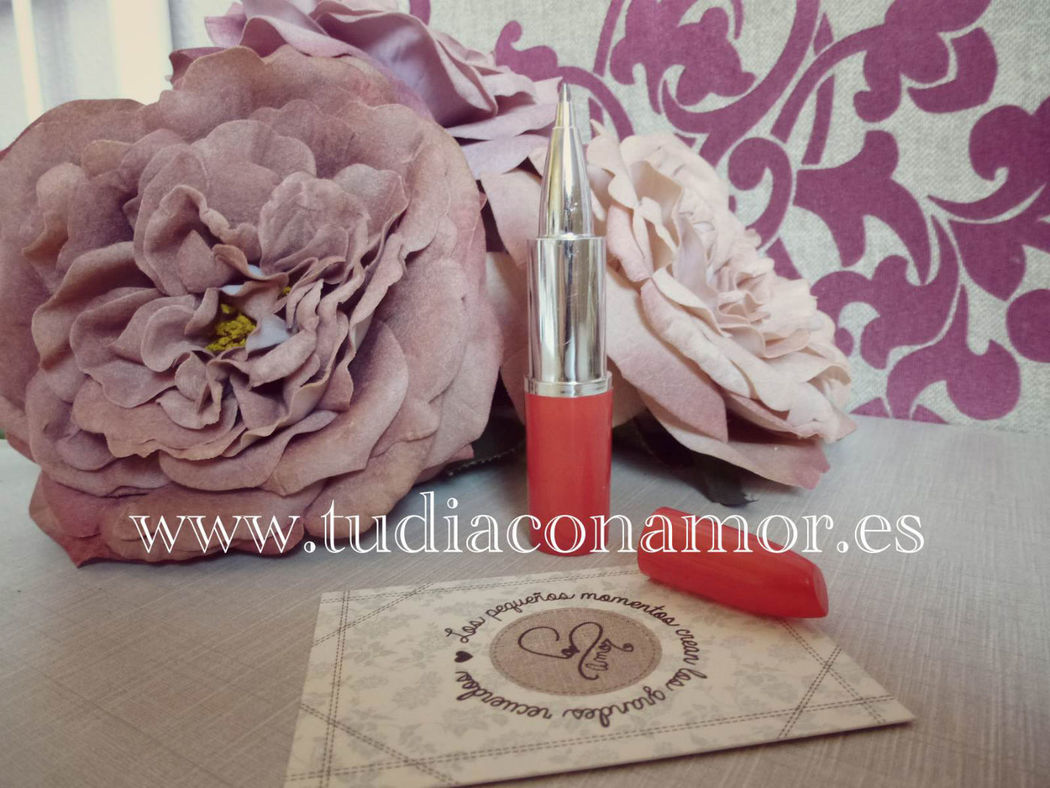 Detalles de boda o complementos para libro de firmas con forma de pinta labios