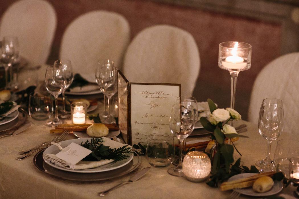 Mise en place (real wedding): Menù manoscritti e tags segnaposti in carta Amalfi, colore avorio,inchiostro seppia.