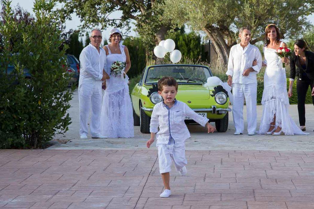 las novias y sus padrinos al llegar a la ceremonia en Alquería Kukala, Pobla de Farnals (Valencia)