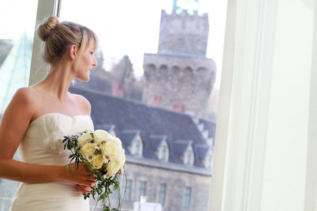 Beispiel: Braut vor historischer Kulisse, Foto: Schlosshotel Eisenstrasse.